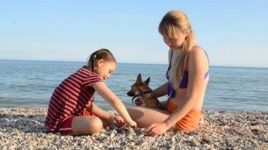 Chica en la playa del mar — Vídeo de stock