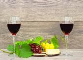 Vinho e frutas no fundo de madeira — Fotografia Stock