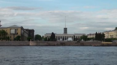 Neva river in the historical center of Saint-Petersburg, Russia - timelapse — Stok video