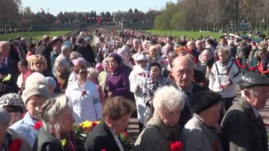 The mourning ceremony in the Piskarevsky cemetery — Stockvideo