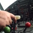 Airplane pilot uprvavlyaet — Stock Video #13154063