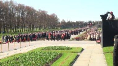 記念碑に花を敷設 — ストックビデオ