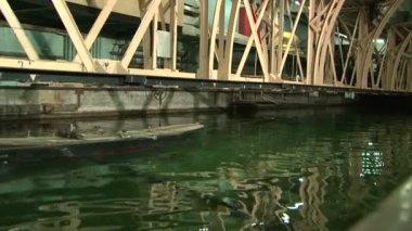 在池中测试的一艘船的模型 — 图库视频影像