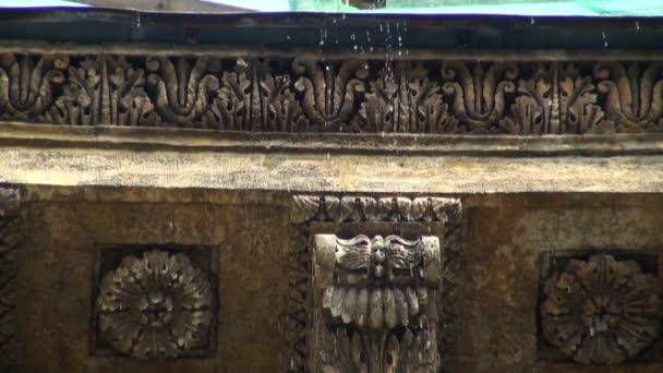 El agua gotea desde el techo — Vídeo de stock