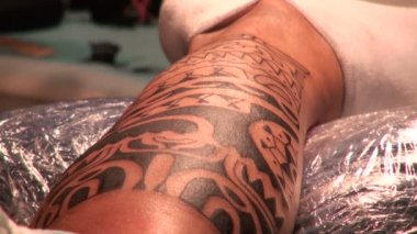 Tattooing on the body — Stock Video