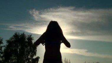 Hermosa chica sacude su cabello — Vídeo de stock