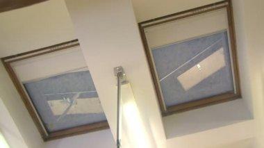 Persianas automáticas en las ventanas en el techo — Vídeo de Stock