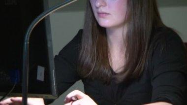 Um aluno na biblioteca no computador — Vídeo stock