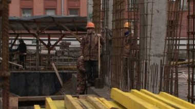 Workers at a construction site — Stock Video