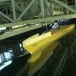 testa en modell av ett fartyg i poolen — Stockvideo