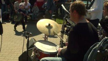 Барабанщик в группе — Стоковое видео