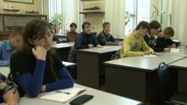 Grupo de estudiantes preparando un examen en la sala del examen en la universidad — Vídeo de Stock