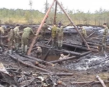Searchers dig up the spoils of war — Stock Video