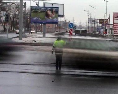 Policeman controls traffic at the crossroads — Stock Video