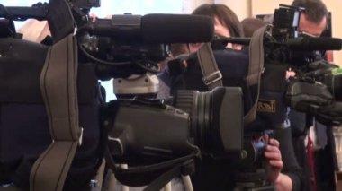 Film crew, journalists — Stock Video