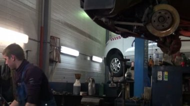 At repair service station — Stock Video