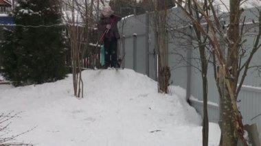 Girls skiing — Stock Video