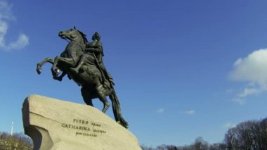 Monument to Peter I on the Senate square in St. Petersburg. Bronze Horseman. — Stock Video