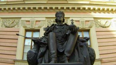 Monumento ao Imperador Paulo i no pátio do castelo mikhailovsky. São Petersburgo. — Vídeo stock