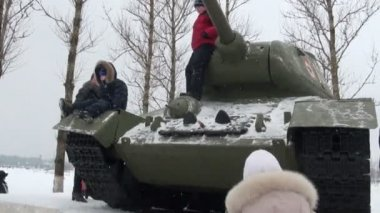 Children play on the tank — Stock Video