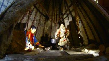 Chukchi living in a hut — Stock Video