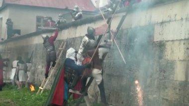 битва за крепость средневековых воинов — Стоковое видео