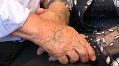 Hands of older people to stay — Stock Video
