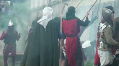 Bitwa o twierdzę średniowiecznych wojowników — Wideo stockowe