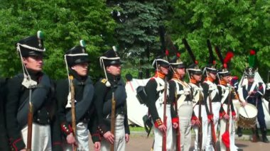 De ryska soldaterna under kriget mot napoleon. 1812 år. historisk rekonstruktion — Stockvideo