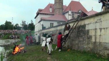 De slag om het fort van middeleeuwse warriors — Stockvideo