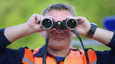 Rescuer looks in binoculars — Stock Video