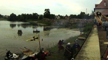 Bitva o pevnost středověkých bojovníků — Stock video