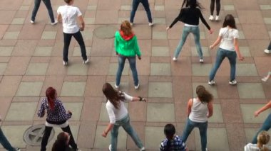 A group of girls dancing in the square — Stock Video