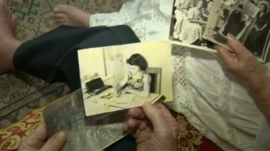 Old pictures in the hands of the elders — Stock Video