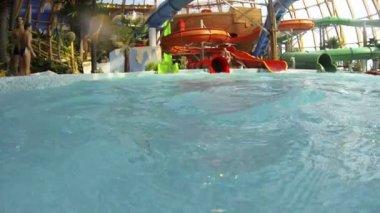 Little girl bathing in the water Park — Stock Video