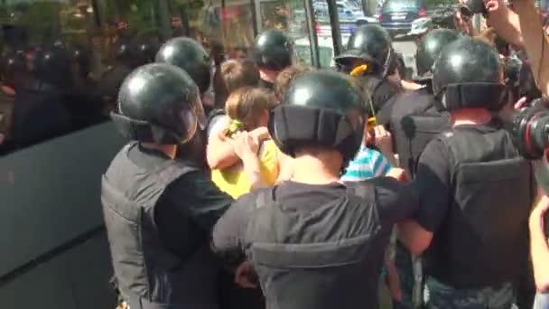 La policía vigilando a los homosexuales y lesbianas — Vídeo de stock