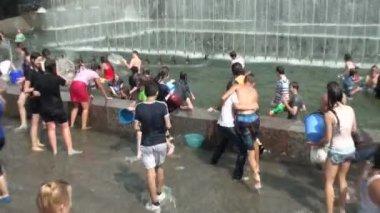 Bada i fontänen — Stockvideo