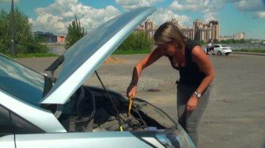 Genç kadın tamir araba — Stok video