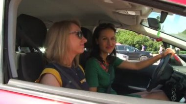 The girl driving the car — Vídeo de Stock