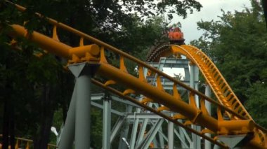 Rollercoaster at amusement park — Stock Video