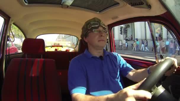 Escarabajo del conductor y del vehículo — Vídeo de stock