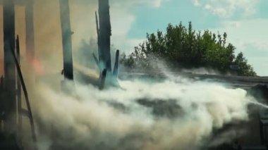 Fire. Ruins of a burned house — Vídeo de stock