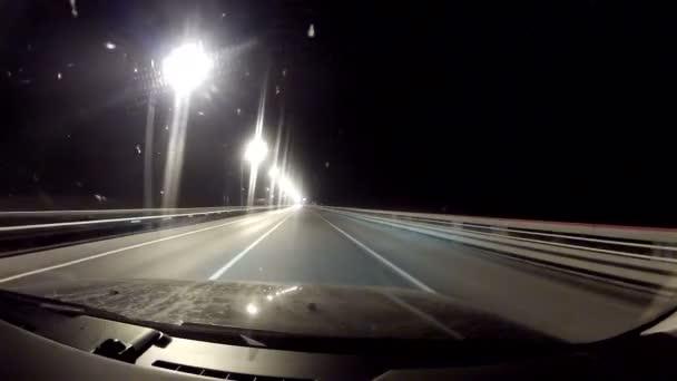 Viajar por la carretera de noche — Vídeo de stock
