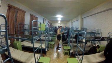 Dem Schlafengehen Gefangenen in einer Gefängniszelle — Stockvideo