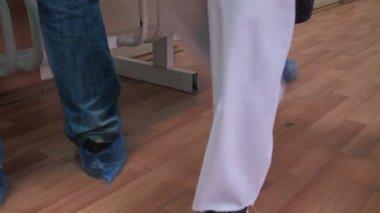 鞋套在脚。病人在进入诊所. — 图库视频影像