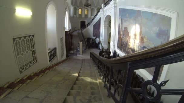 Grand escalier. musée de l'artillerie à saint-pétersbourg. — Vidéo