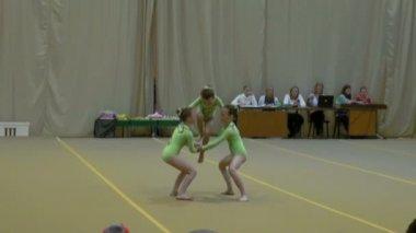 детские соревнования по спортивной гимнастике — Стоковое видео