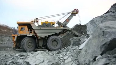Big yellow mining truck at worksite — Stock Video