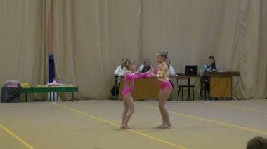 Concursos infantiles en gimnasia — Vídeo de stock