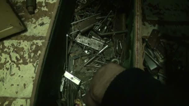 Caja llena con aparato, tuercas, pernos, tornillos — Vídeo de stock